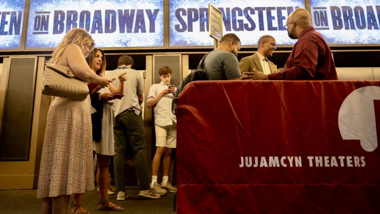 Podczas spektakli wymagane będą maseczki (fot. Alexi Rosenfeld/Getty Images)