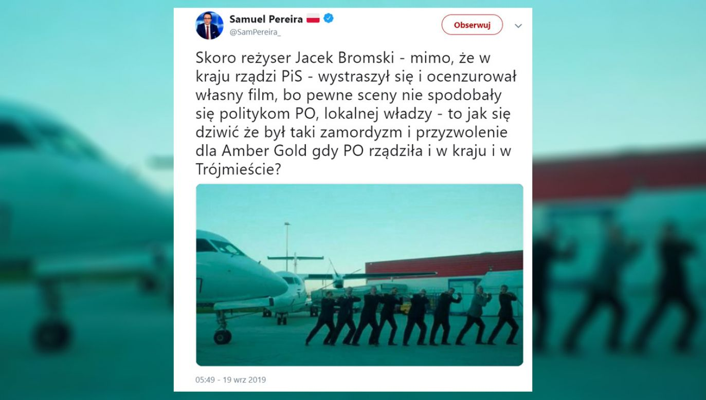 Jedna z wyciętych scen ukazywała Pawła Adamowicza, który ciągnie samolot powiązanej z Amber Gold spółki OLT (fot. tt/@SamPereira_)
