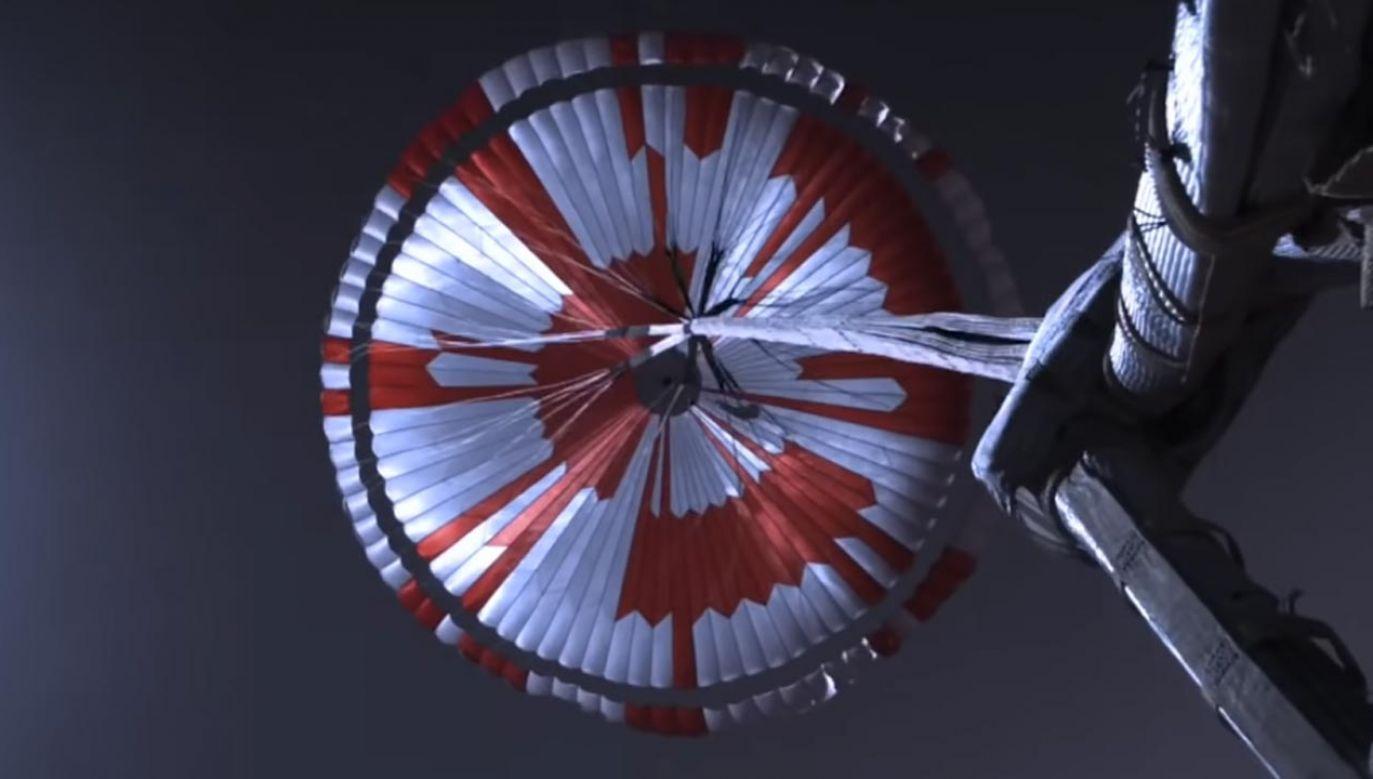 Czasza spadochronu Perseverance skrywa zaszyfrowaną wiadomość (fot. YouTube/NASA)