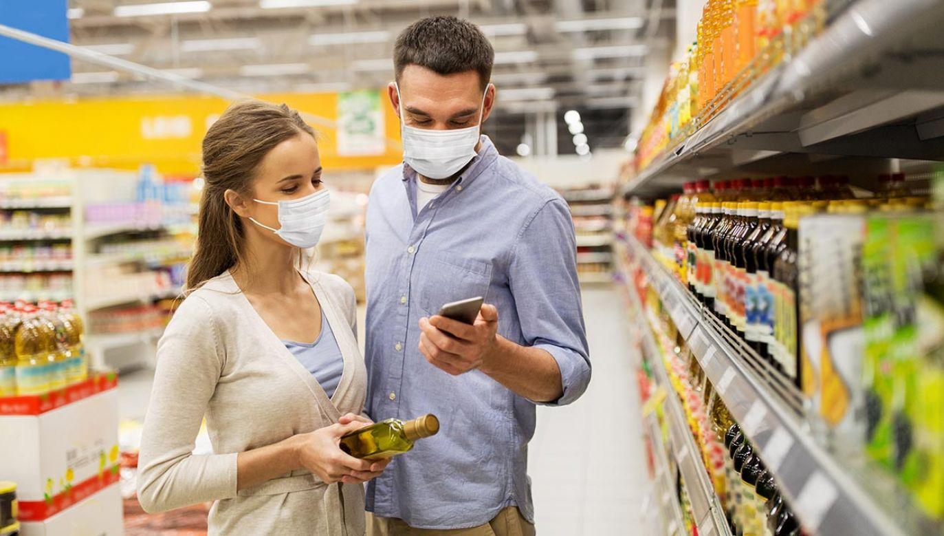 Jan Bondar uważa, że osoby, które nie zasłaniają ust i nosa w czasie epidemii, nie powinny być obsługiwane przez sprzedawców (fot. Shutterstock/Syda Productions)