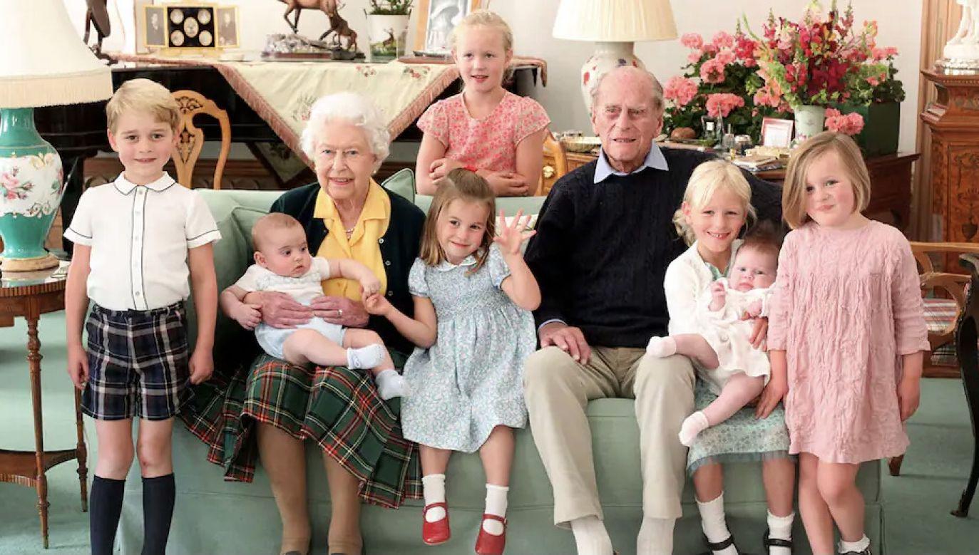 Królowa Elżbieta II w otoczeniu rodziny  (fot. The Duchess of Cambridge/Getty Images)
