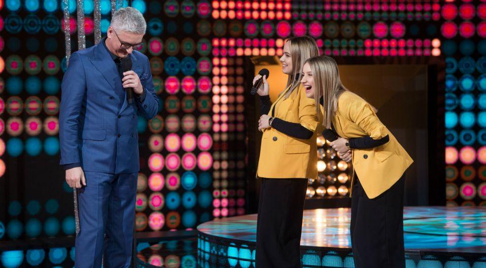 """Przed solowym występem siostry zdradziły, że marzą o zaśpiewaniu """"Tyle słońca w całym mieście"""" i ku zaskoczeniu wszystkich właśnie tę piosenkę wylosowały! (fot. J. Bogacz/TVP)"""