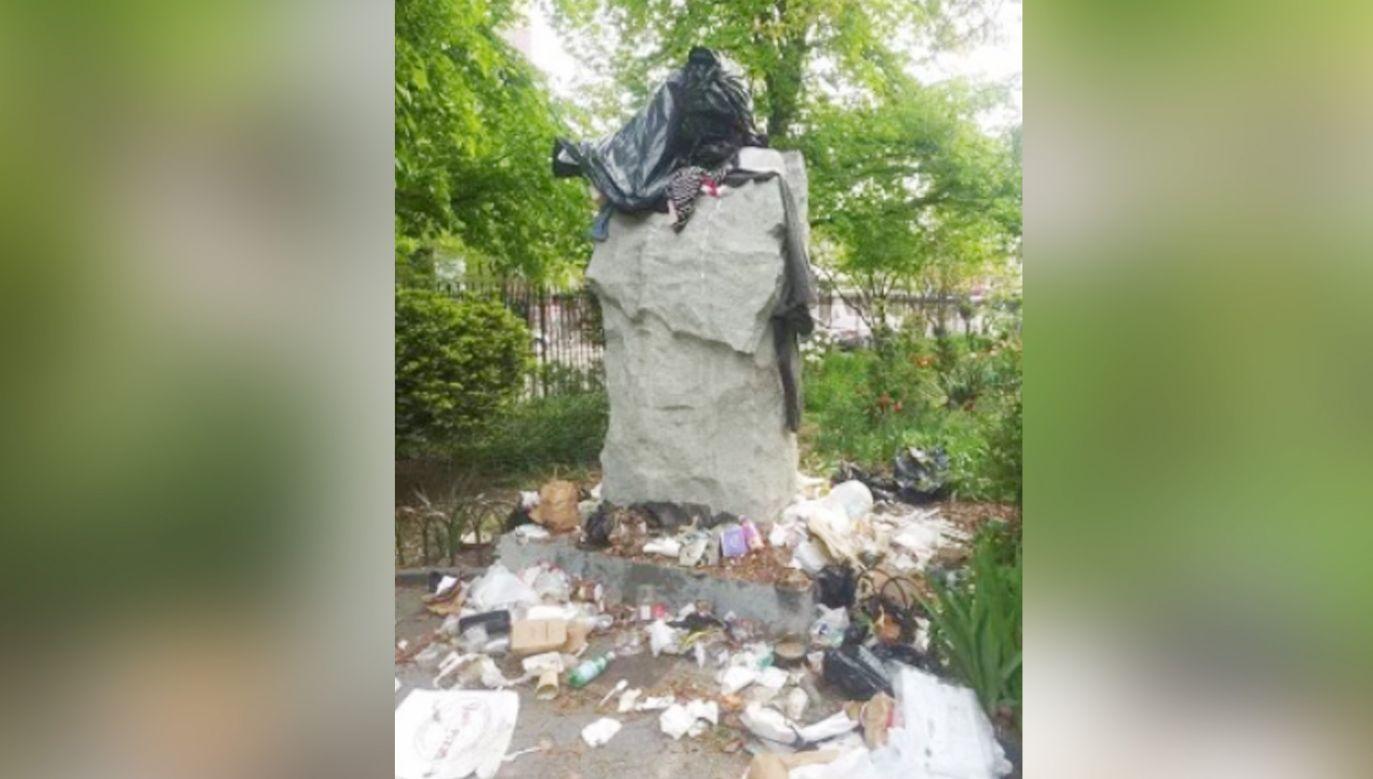 Pomnik ks. Jerzego Popiełuszki na nowojorskim Greenpoincie padł ofiarą wandali (fot.TT/NYPD)