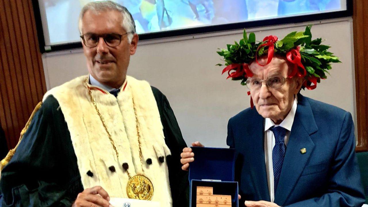 Dzielny absolwent odbiera dyplom (fot. Facebook.com/Università degli Studi di Palermo)