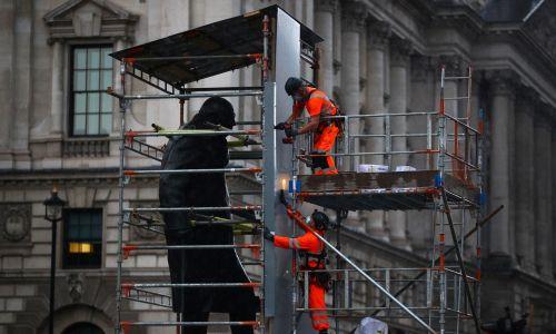 17 czerwca pomnik brytyjskiego premiera Winstona Churchilla musiał zostać zasłonięty, by ochronić go przed aktami wandalizmu. Fot. REUTERS/Hannah McKay