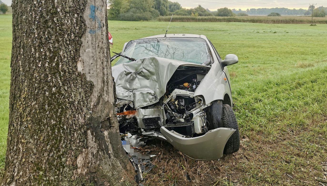 Samochód uderzył w drzewo (fot. FB/OSP w Kłecku)
