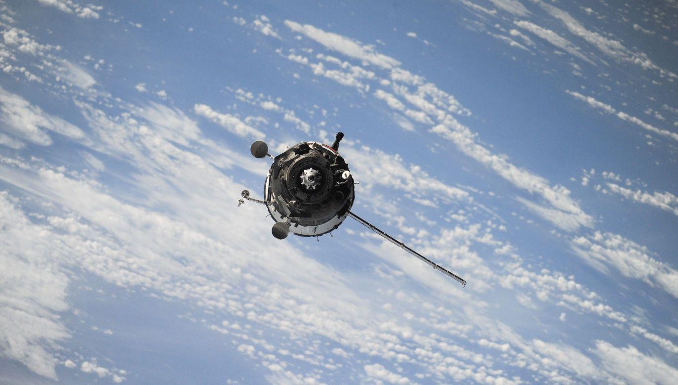 Według obecnych teorii, wodę, spoza tzw. linii śniegu, przyniosły na Ziemię zawierające lód komety i meteoryty z krzemianami (fot. pixabay.com/Free-Photos)