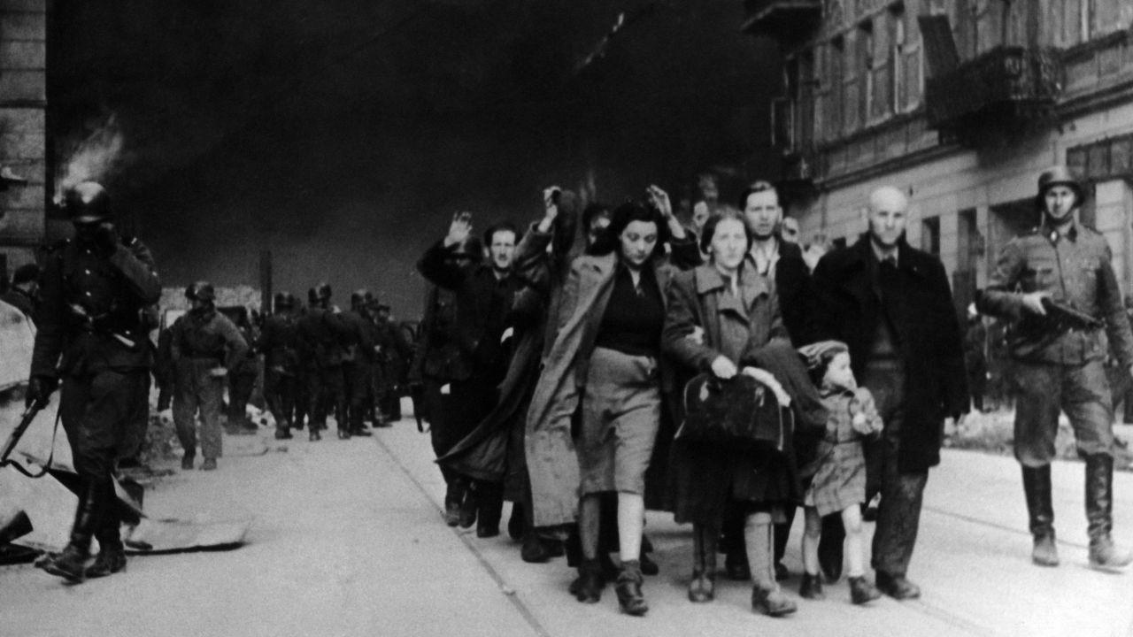 Żydzi i Romowie byli zmuszani do pracy w hitlerowskich gettach (fot. National Archives / Handout / Getty Images)