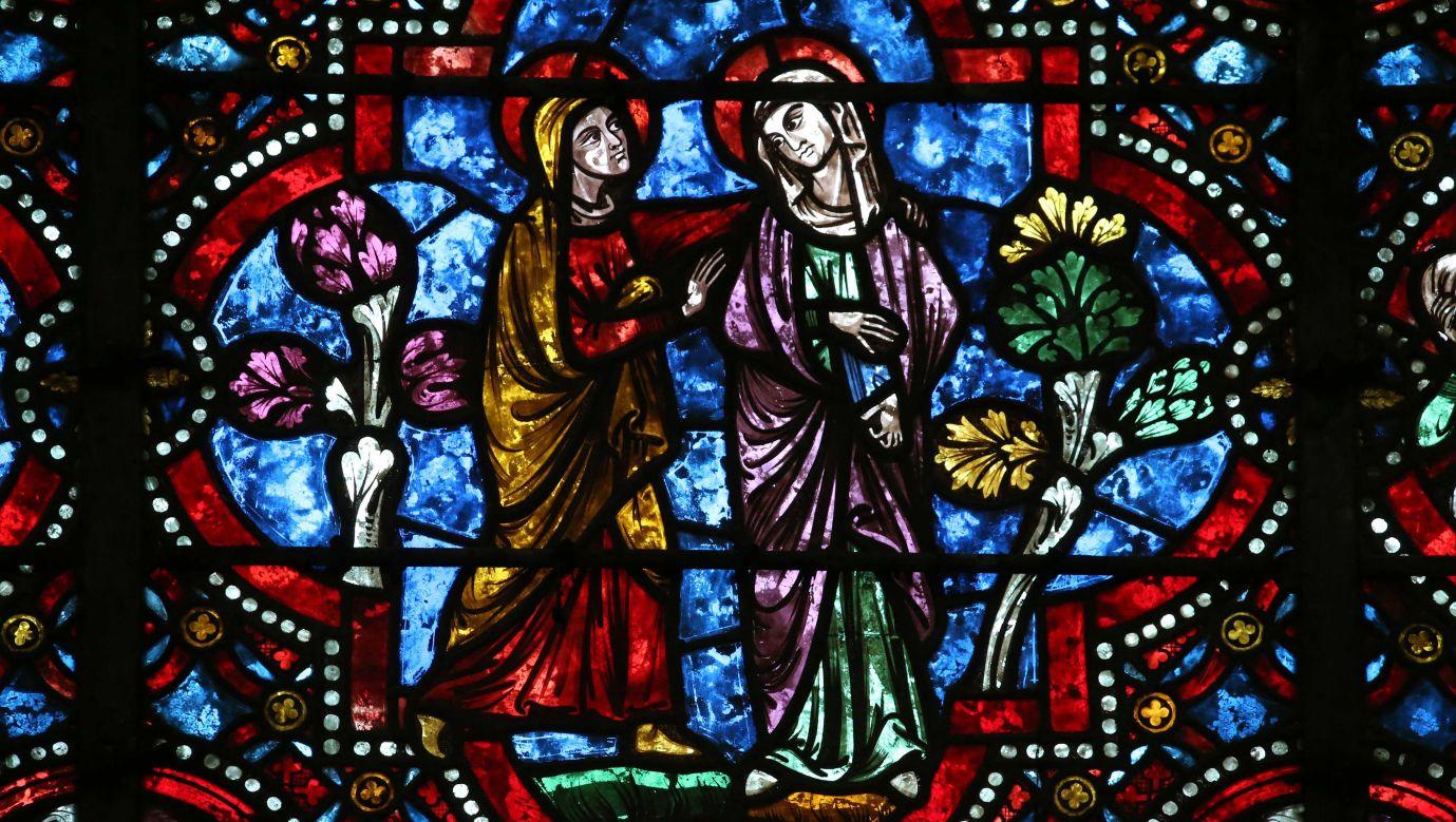 Katedra św. Stefana w Auxerre. Fragment witrażu przypominającego nawiedzenie św. Elżbiety przez Najświętszą Marię Pannę. Fot. Godong/Universal Images Group via Getty Images