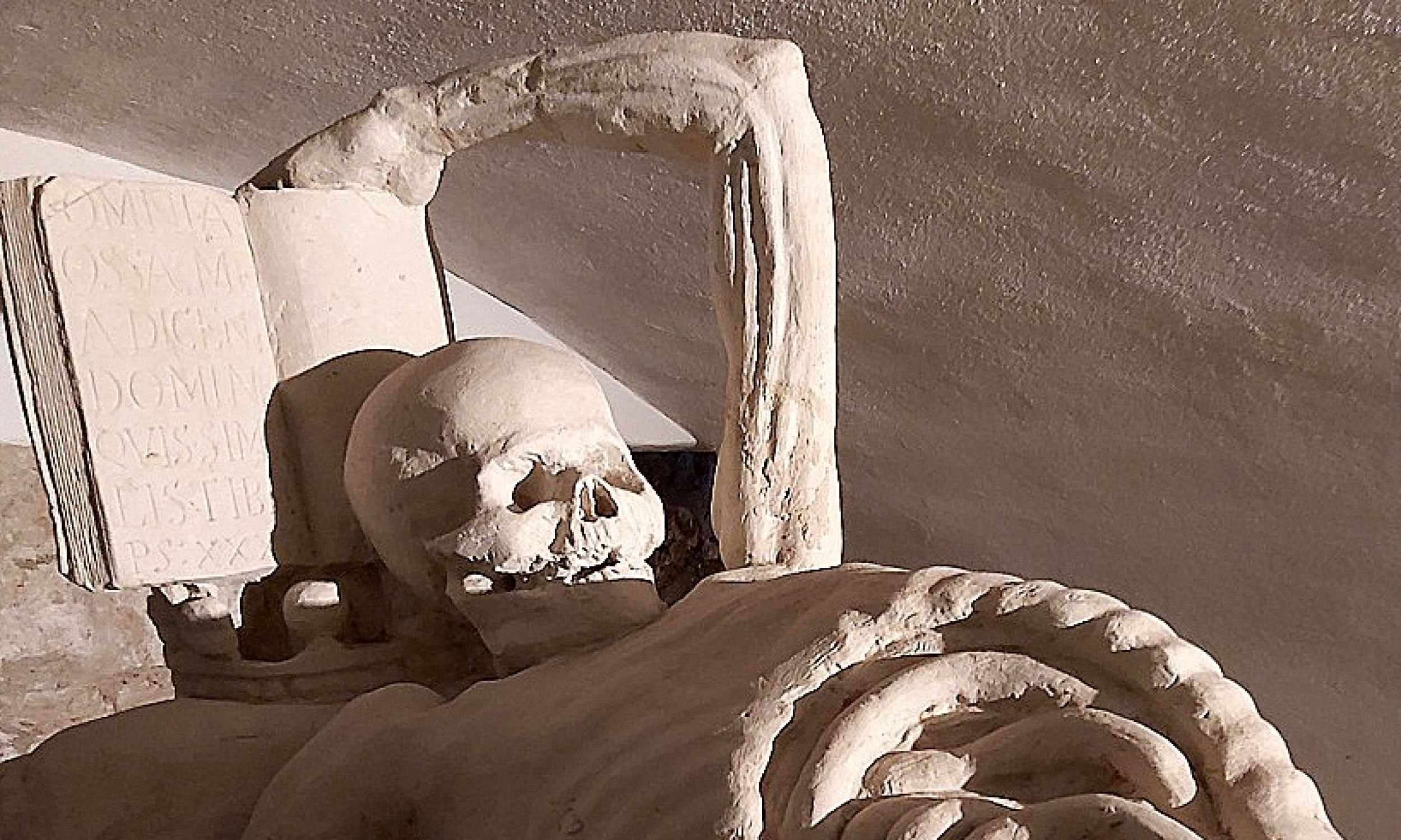 Końskowola, unikatowe w skali Polski mauzoleum małżeństwa Opalińskich w formie Vanitas, w wyremontowanych kryptach kościoła farnego. Ku pamięci zmarłych małżonków oraz marności ludzkiego życia. Klepsydra symbolizuje przemijanie. Obecnie istnieje możliwość zwiedzania tych krypt i oglądania końskowolskiego Vanitas. Fot. T. Kozłowski