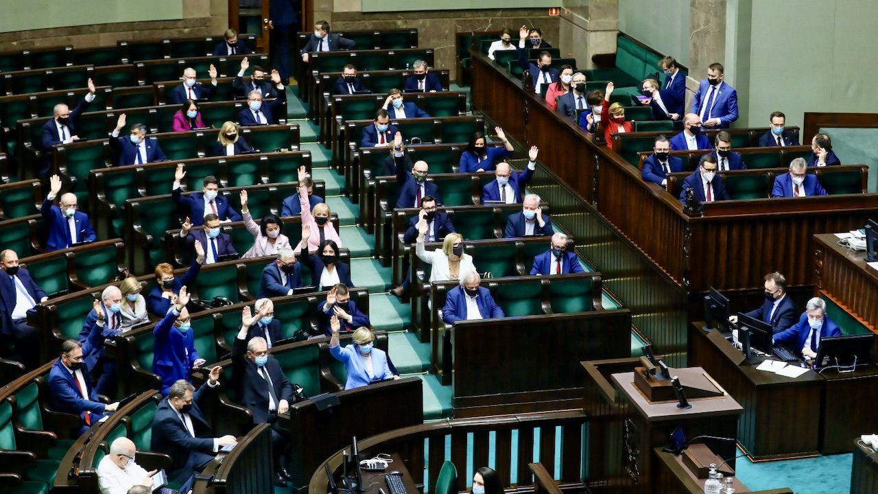 """Solidarna Polska zagłosowała """"przeciw"""" (fot. PAP/Rafał Guz)"""