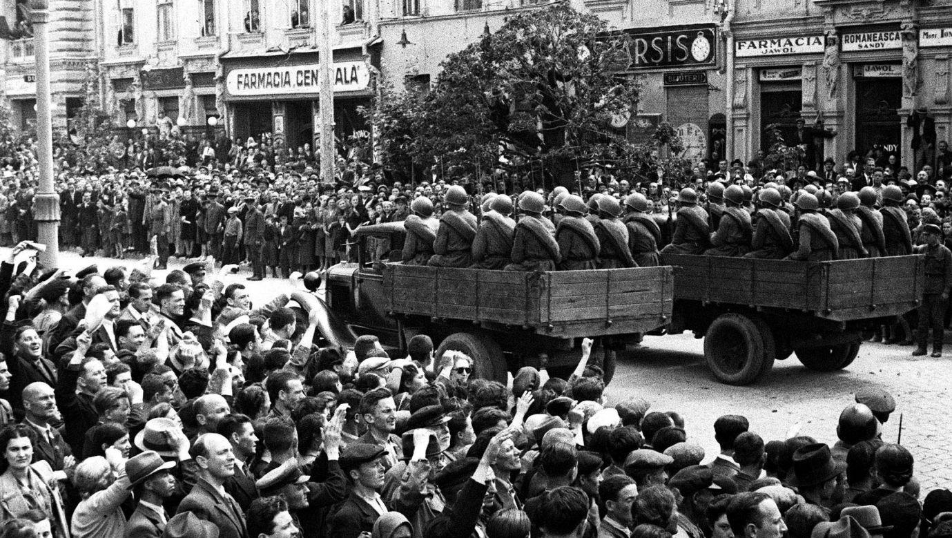 3 lipca 1940 roku, po zajęciu Besarabii oddziały Armii Czerwonej przeszły w defiladzie przez Kiszyniów. Fot. TASS via Getty Images