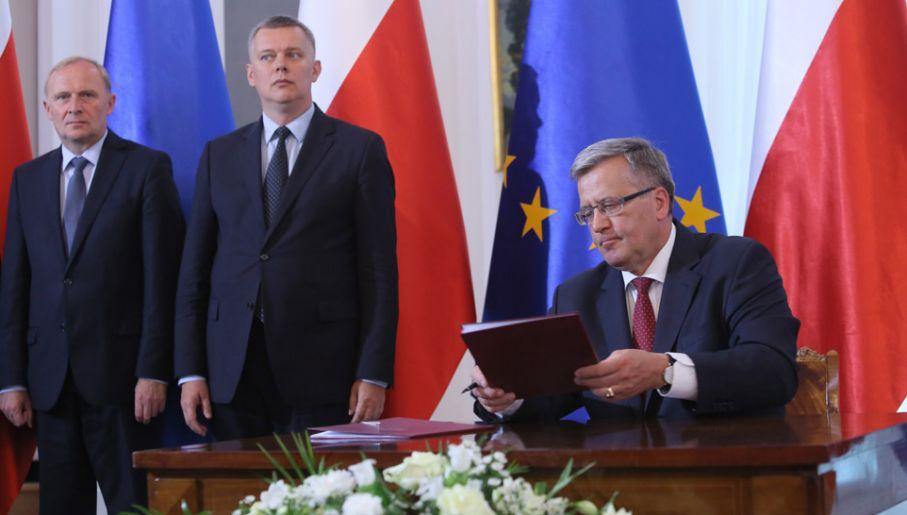 Prezydent Bronisław Komorowski podpisał ustawę zwiększającą budżet obronny (fot. PAP/Leszek Szymański)