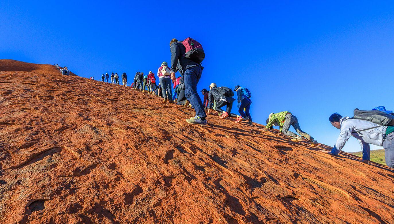Turyści po raz ostatni wspinali się na górę Uluru w Australii (fot. Shutterstock/Benny Marty)