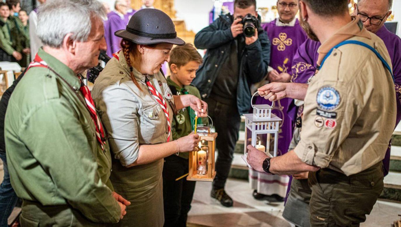 Hm. Anna Nowosad przyjęła Betlejemskie Światło Pokoju z rąk słowackich skautów (fot. Twitter/ZHP)