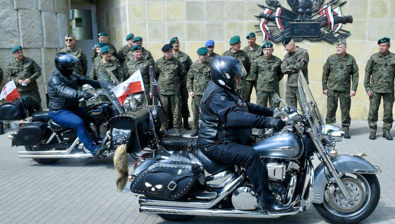 Motocykliści odwiedzą mogiły 120 poległych i zmarłych żołnierzy (fot. arch.PAP/Radek Pietruszka)