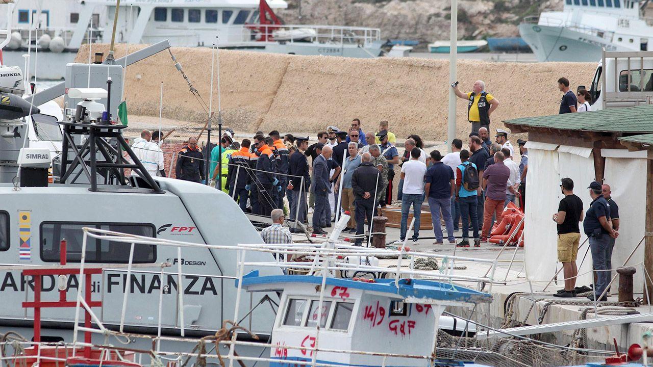 Na pokładzie było około 50 osób (fot. PAP/EPA/PASQUALE CLAUDIO MONTANA LAMPO)