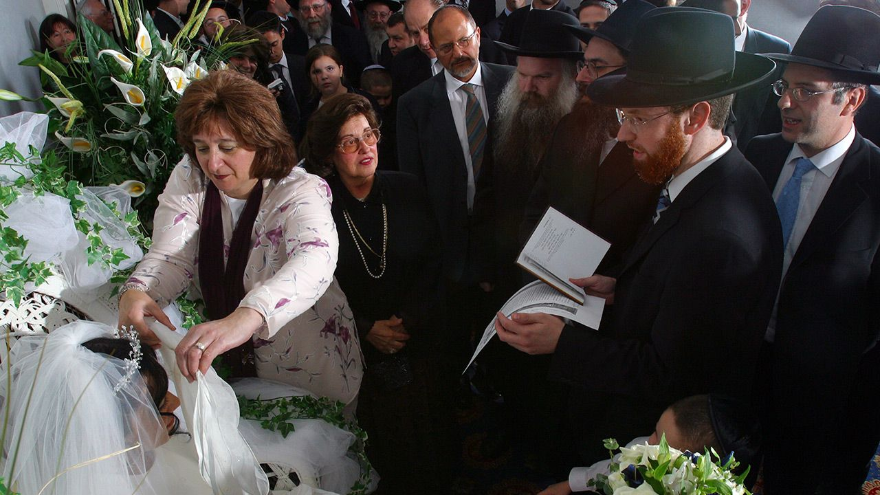 Uczestnicy wesela nie mieli maseczek (fot. Pictures Ltd./Corbis via Getty Images)