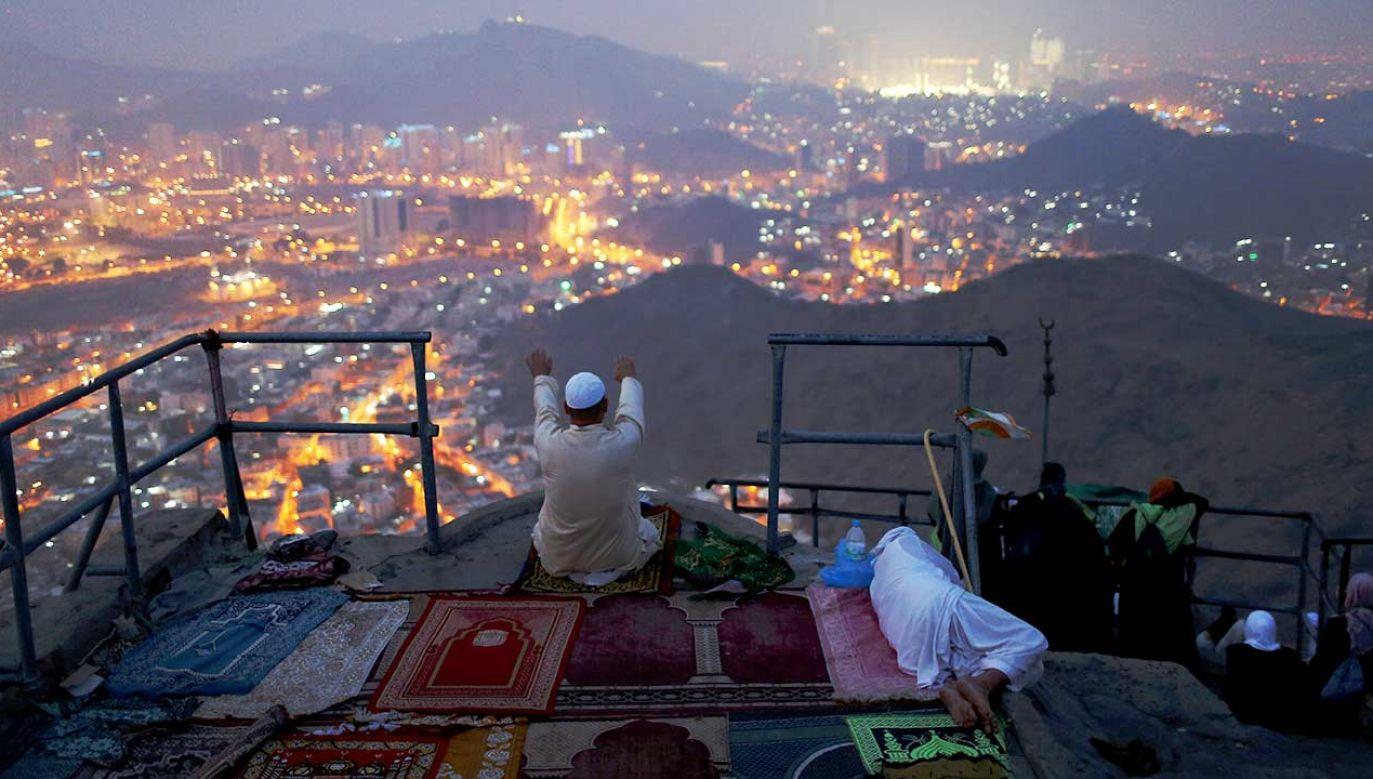 Pielgrzym modli się na górze Al-Noor, gdzie – jak wierzą muzułmanie, prorok Mahomet otrzymał pierwsze słowa Koranu (fot. REUTERS/Ahmed Jadallah)