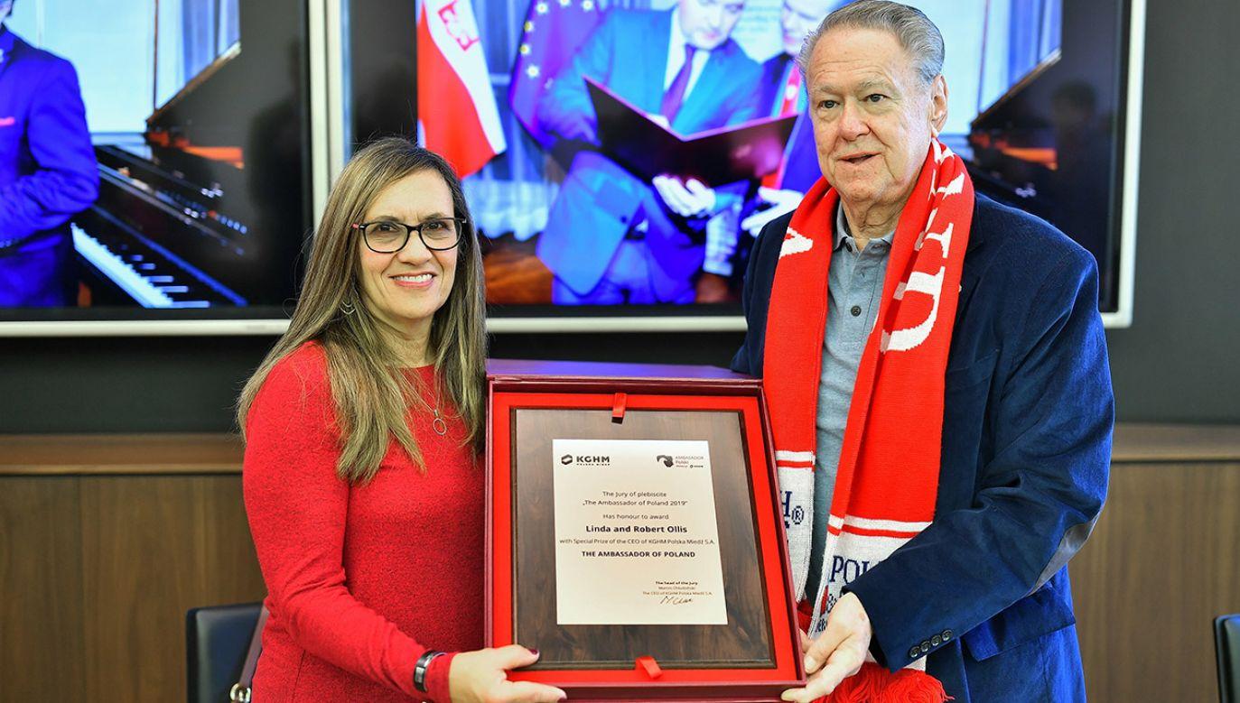 "Linda i Robert Ollis odebrali w Lubinie nagrodę ""Honorowy Ambasador Polski"" (fot. PAP/Sebastian Borowski)"