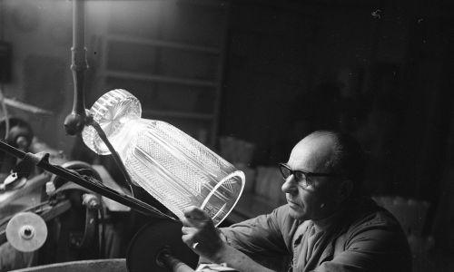 Mistrz Ludwik Kuś szlifuje kryształ. Zakład produkcji kryształów w Cieszynie, 1975 r.  Fot. NAC/Archiwum Grażyny Rutowskiej, sygn. 40-3-91-8
