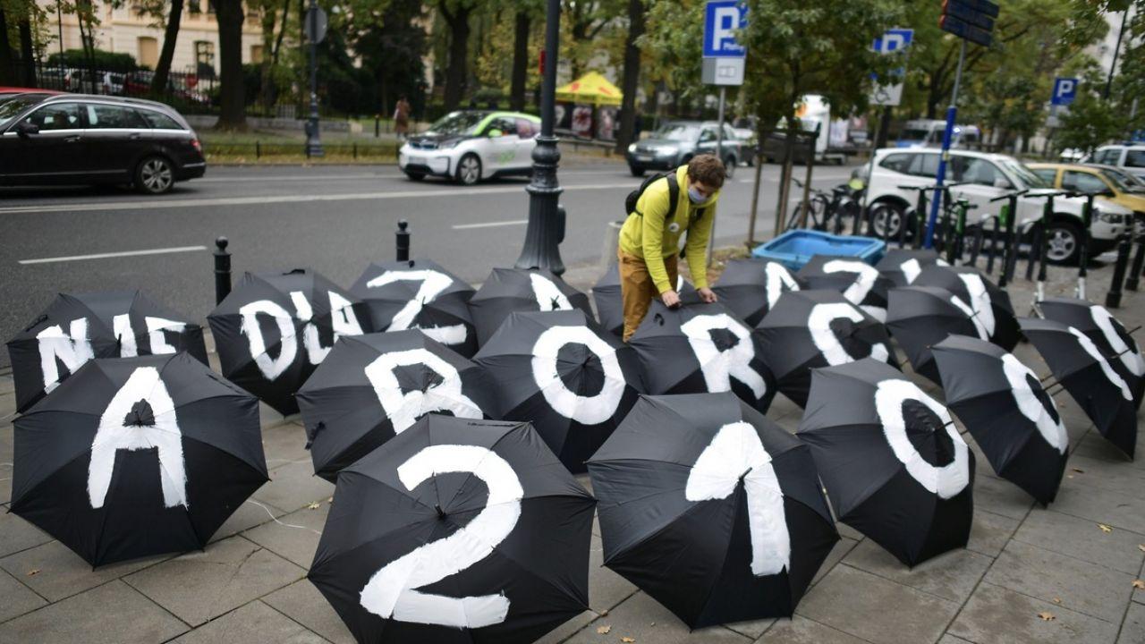 Uczestniczki demonstracji przed siedzibą Trybunału Konstytucyjnego w Warszawie (fot. PAP/Marcin Obara)