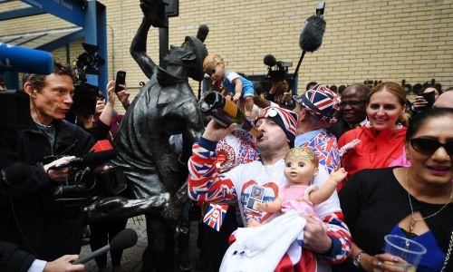 Królewscy sympatycy świętują narodziny syna książecej pary Kate i Williama. Fot. PAP/EPA/ANDY RAIN