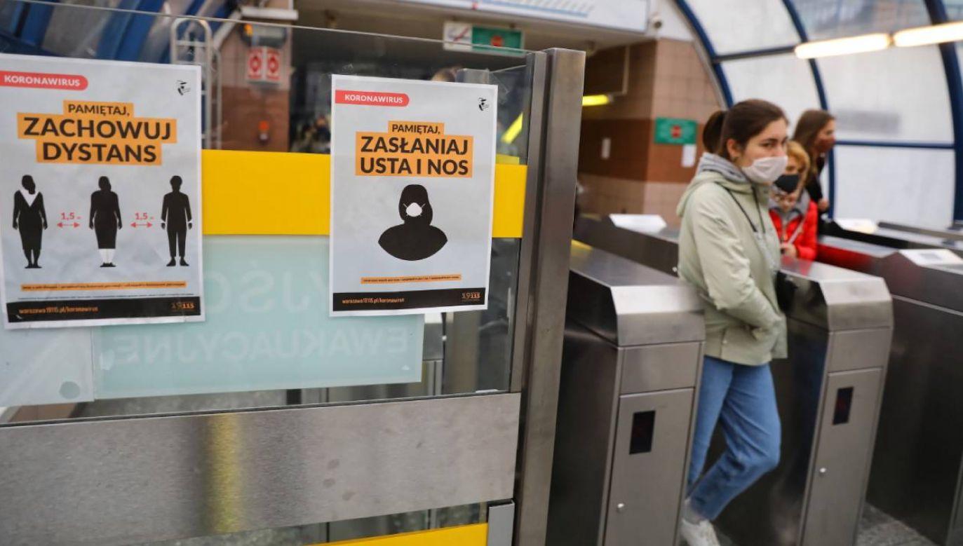 Noszenie maseczek w przestrzeni publicznej jest obowiązkowe w całej Polsce. (fot. PAP/Rafał Guz)