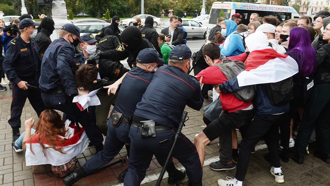Wojna pozycyjna – tak w ostatnich tygodniach można było określić konflikt reżimu Łukaszenki z protestującymi Białorusinami i opozycją (fot. PAP/EPA/STRINGER)