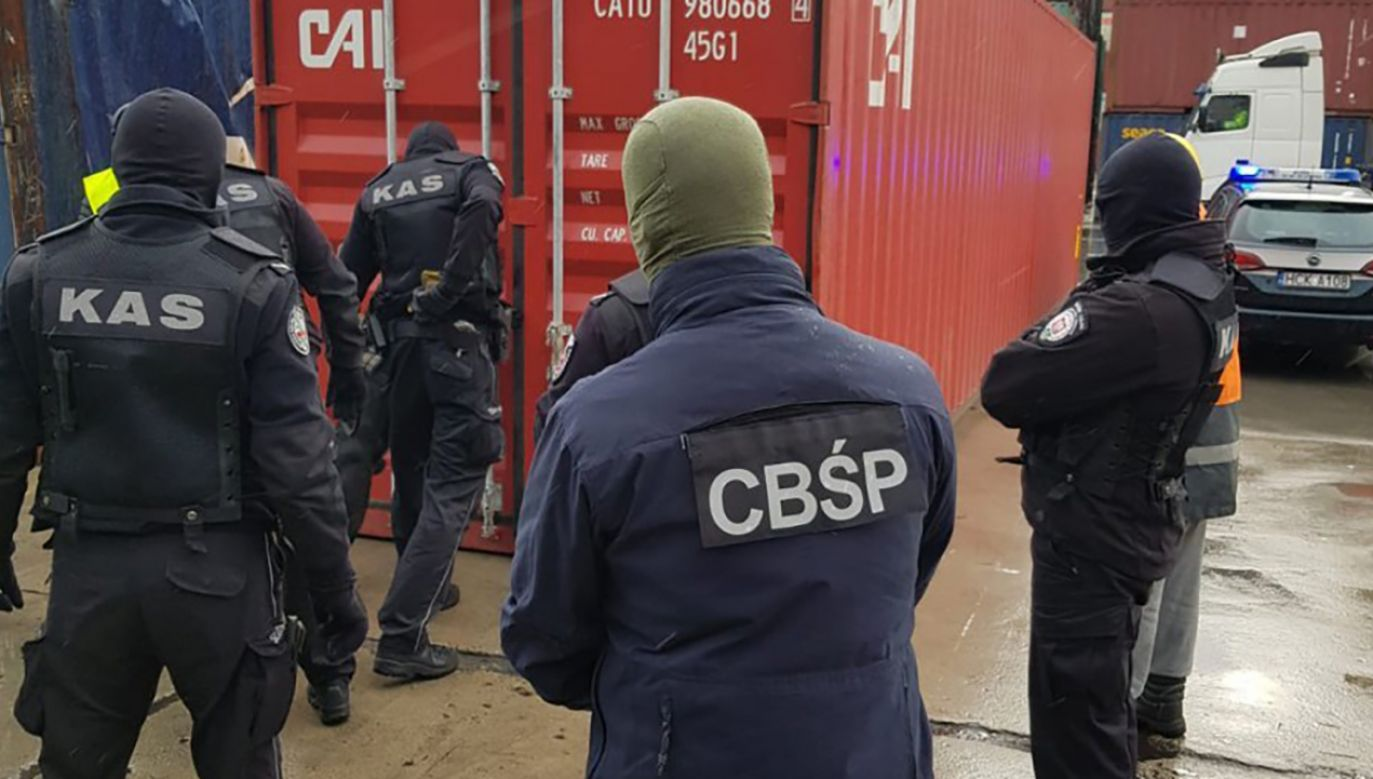Kontrabanda była ukryta w kontenerze, za kartonami z koszulkami (fot. CBŚP)