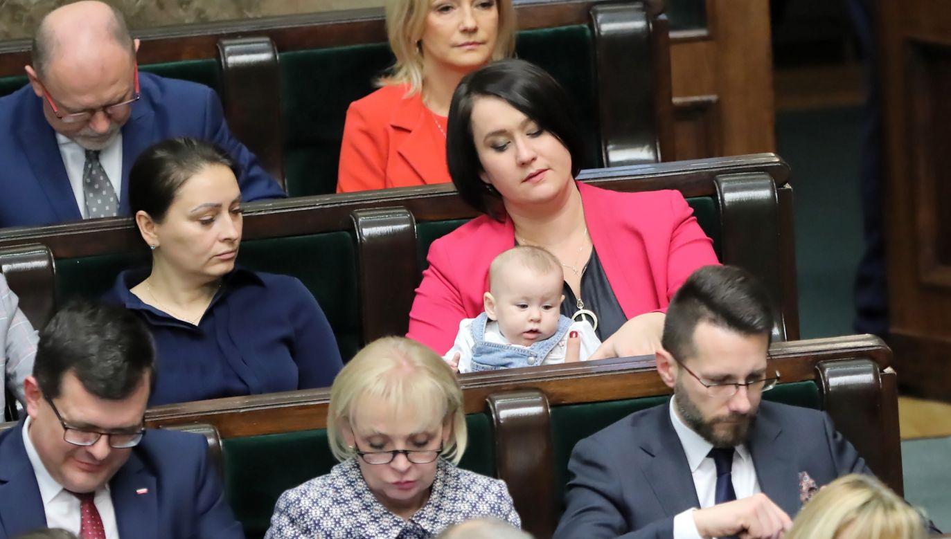 Posłanka PiS Anna Maria Siarkowska z dzieckiem na sali obrad (fot. arch. PAP/Wojciech Olkuśnik)