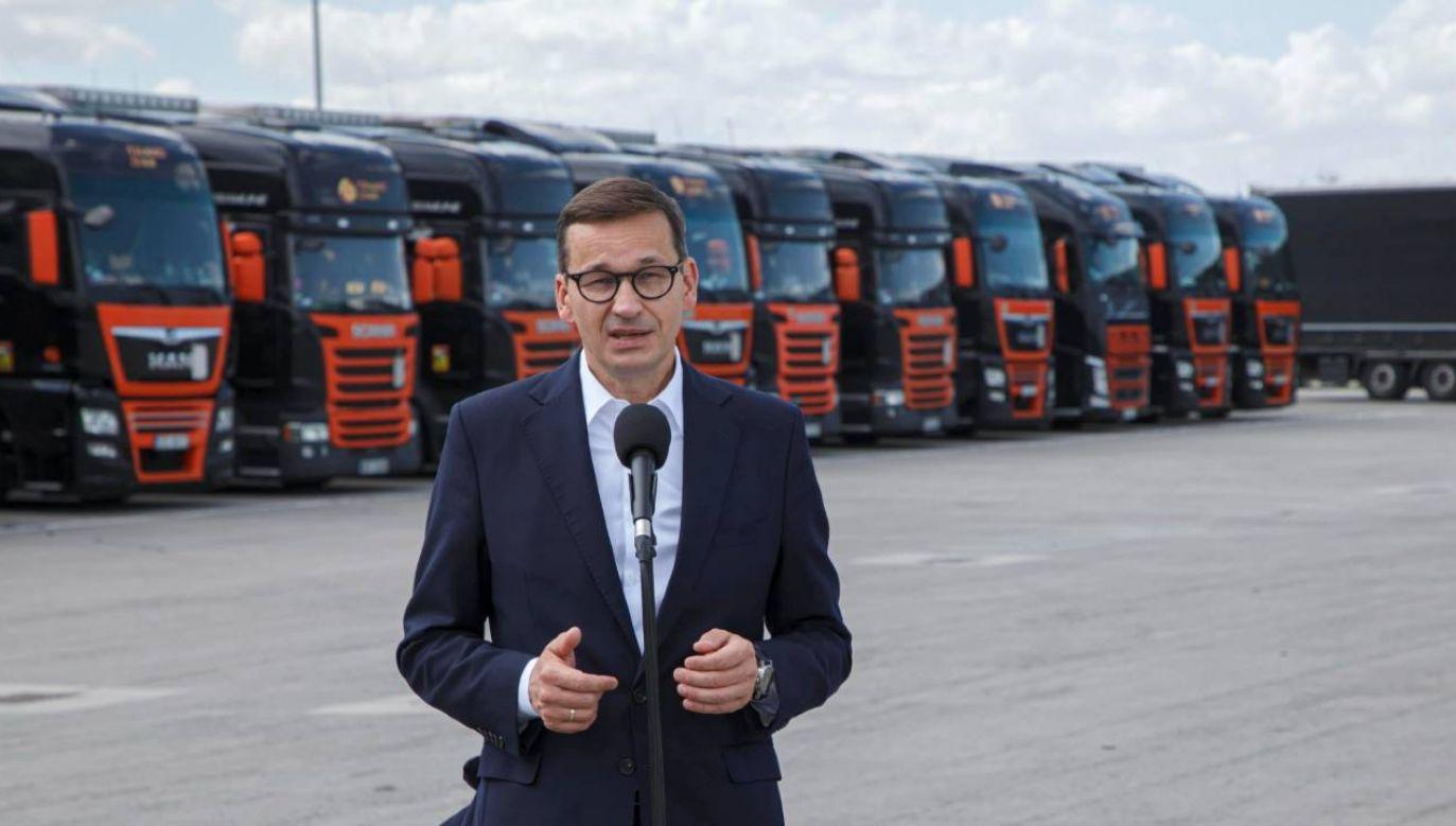 Premier Morawiecki podczas wizyty w firmie Trans Dan Sp. z o.o. (fot. PAP/Aleksander Koźmiński)