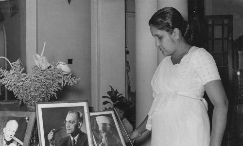 Sirimavo Bandaranaike z Cejlonu, pierwsza na świecie kobieta premier, w 1960 roku objęła urząd, dziedzicząc go niejako po mężu Solomonie, który padł ofiarą zamachu. Na zdjęciu Sirimavo Bandaranaike (1916 - 2000) ze zdjęciami rodzinnymi w jej domu, około 1960 r. Od lewej do prawej zdjęcia przedstawiają prezydenta USA Dwighta D. Eisenhowera, jej zmarłego męża i pierwszego premiera Indii Jawaharlala Nehru. Fot. Keystone Features / Hulton Archive / Getty Images