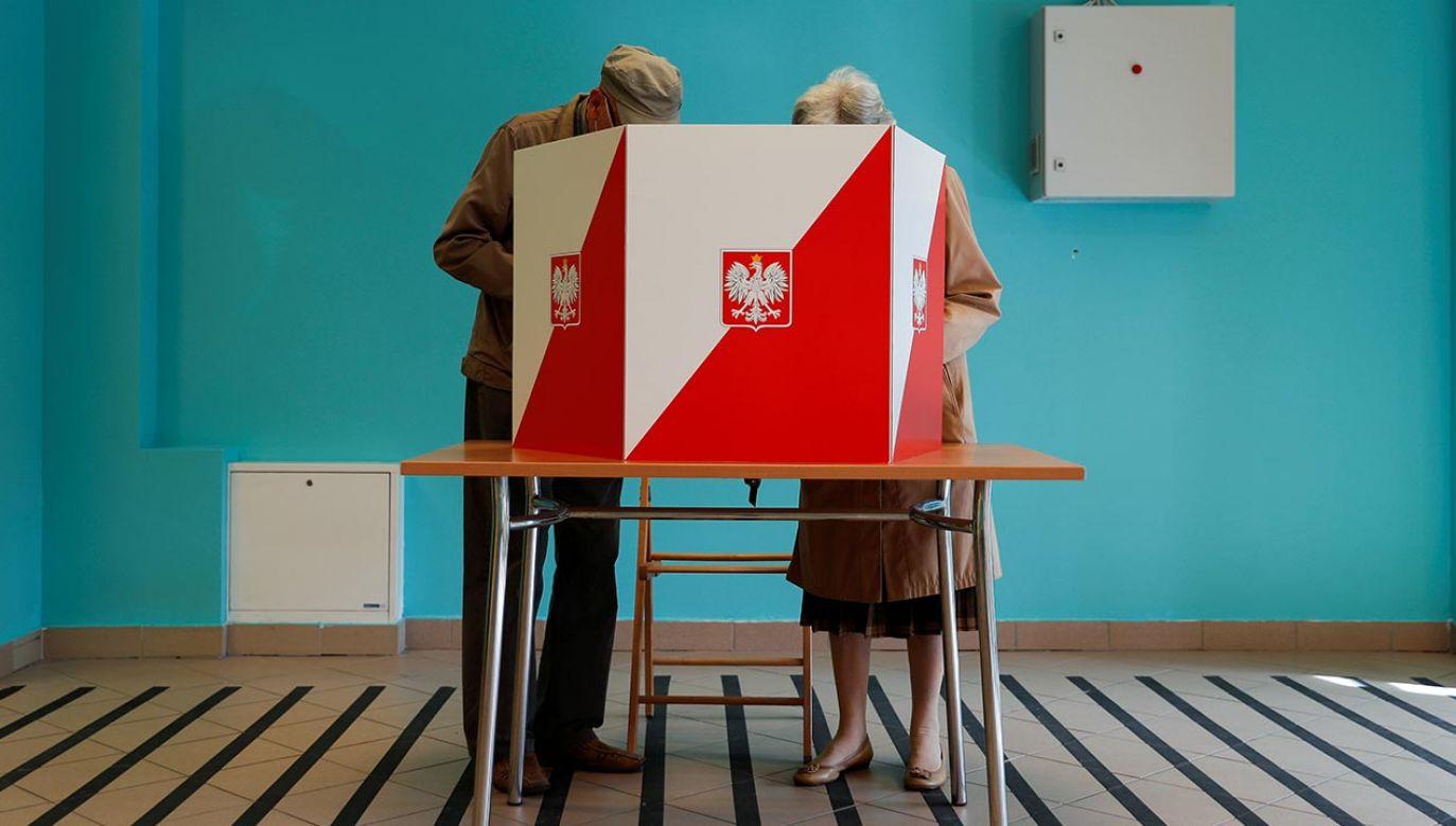 """– Kiepskie kompetencje obywatelskie polegają na tym, że (Polacy) nie wybierają tego, kogo trzeba; kogo """"elity"""" nakazują wybierać – zaznaczył Bronisław Wildstein (fot. REUTERS/Aleksandra Szmigiel)"""