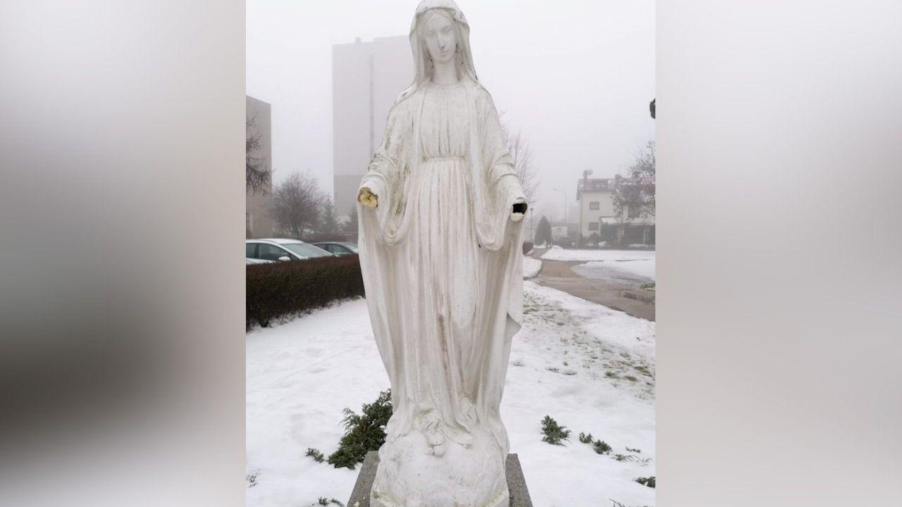 Zniszczono rzeźbę przedstawiającą Matkę Boską (fot. Facebook/Parafia Św. Pierwszych Męczenników Polski)