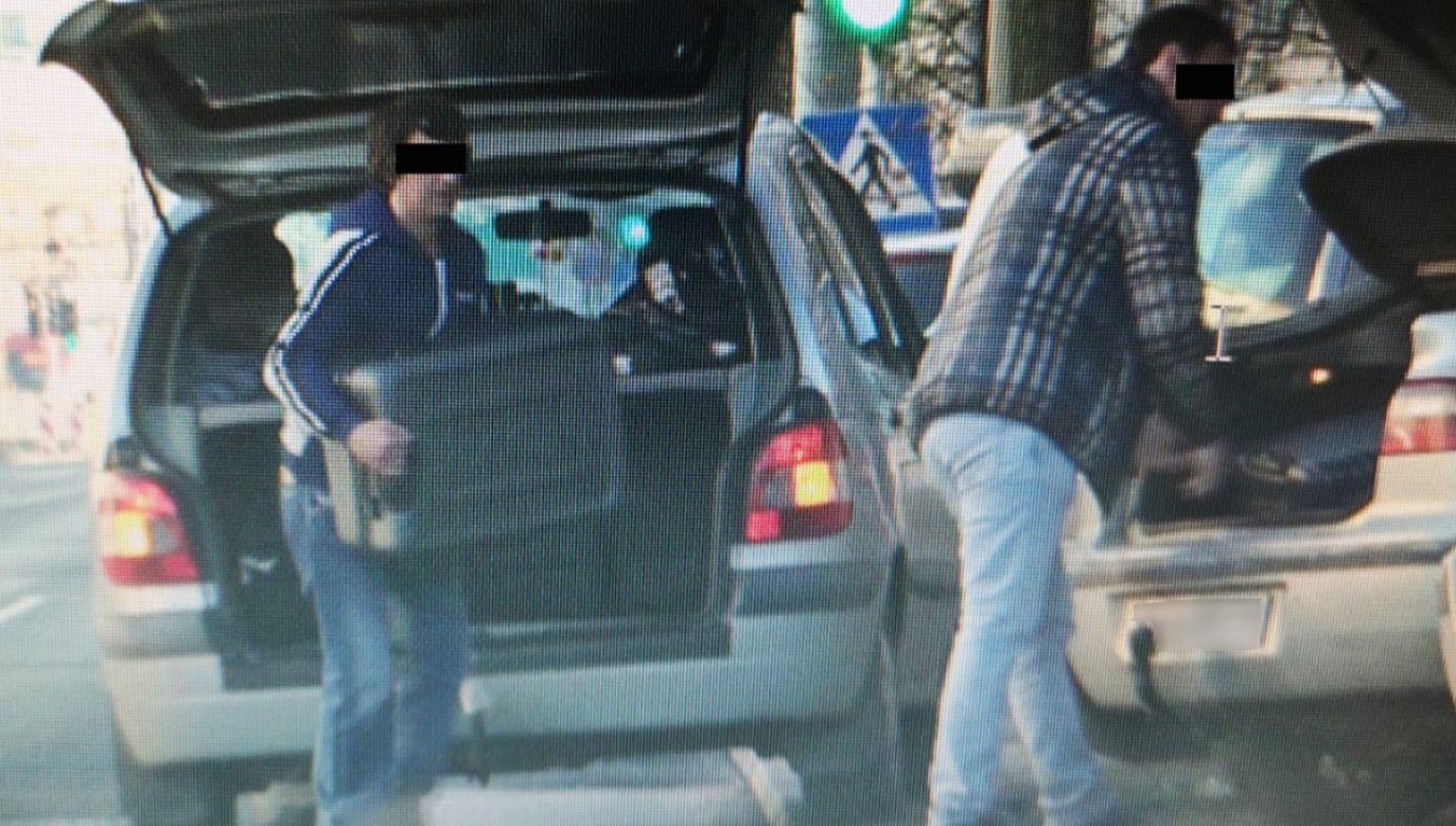 Podejrzani w trakcie przekazywania sobie przedmiotów (fot. Policja)