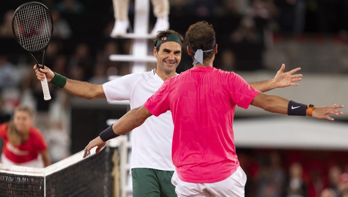 Szwajcar Roger Federer (L) z Hiszpanem Rafaelem Nadalem (P) podczas meczu charytatywnego   (fot. PAP/EPA/NIC BOTHMA)