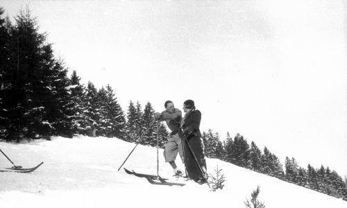 Holenderska księżniczka Juliana z mężem księciem Bernhardem Lippe-Biesterfeld na nartach na stoku w Krynicy Zdroju. Fot. NAC/IKC, sygn. 1-D-776-16