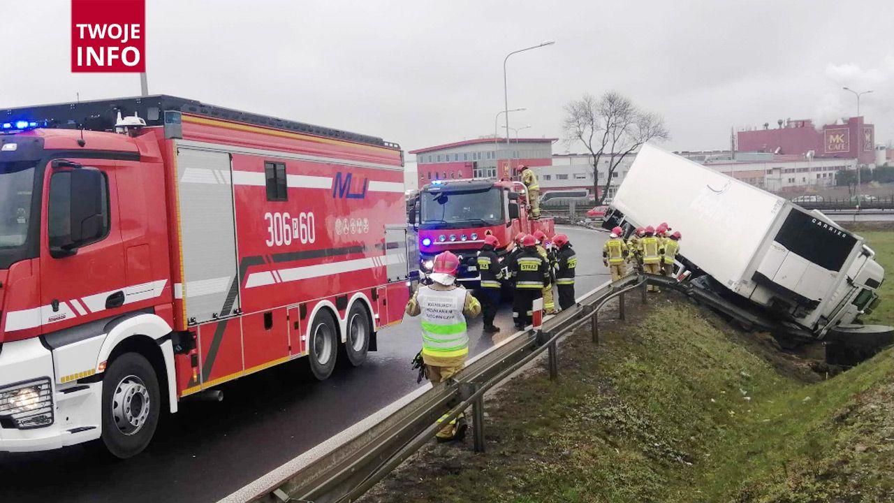 Na miejscu pracuje 9 zastępów straży pożarnej (fot. Artur Kwiatkowski/ Twoje Info)