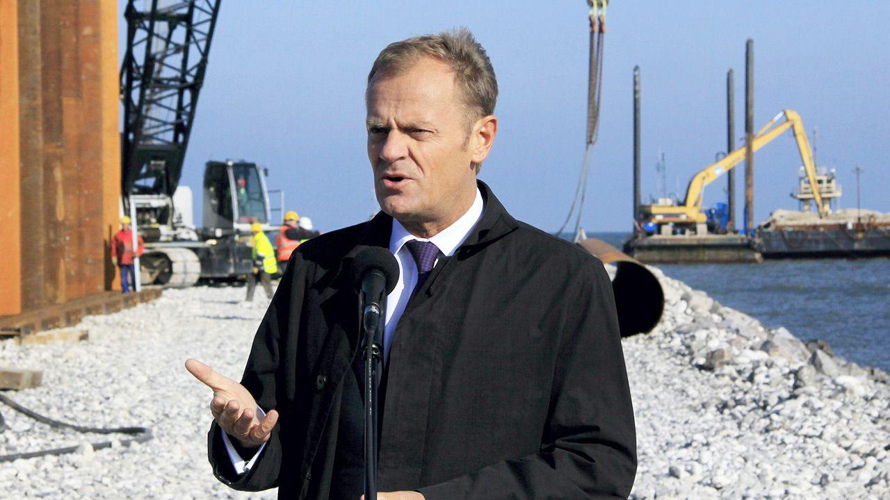 """W 2010 r. ówczesny premier Donald Tusk nie widział możliwości budowy """"w czasie kryzysu"""" (fot. PAP/Lech Muszyński )"""