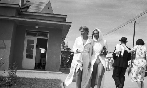 Najlepszym kurortem, dostępnym zwłaszcza dla Warszawy, był Sopot, który przynależał do terytorium Wolnego Miasta Gdańska.  Na zdjęciu kobiety podczas spaceru na molo. Lata 1938-1939. Fot. NAC/IKC, sygn. 1-U-1180-8