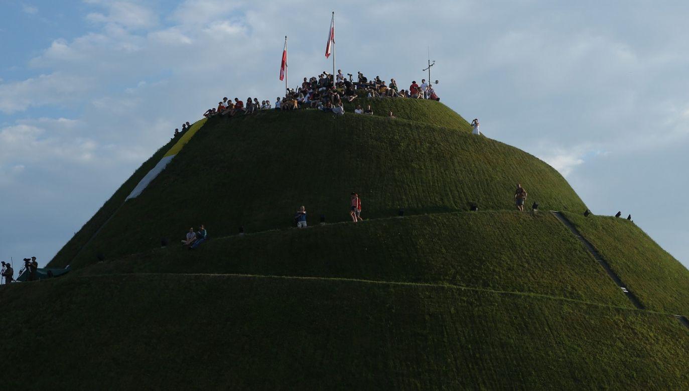 Ma zostać zachowana zasadnicza geometria kopca i zabytkowe elementy dekoracyjne (fot.arch.PAP/Stanisław Rozpędzik)
