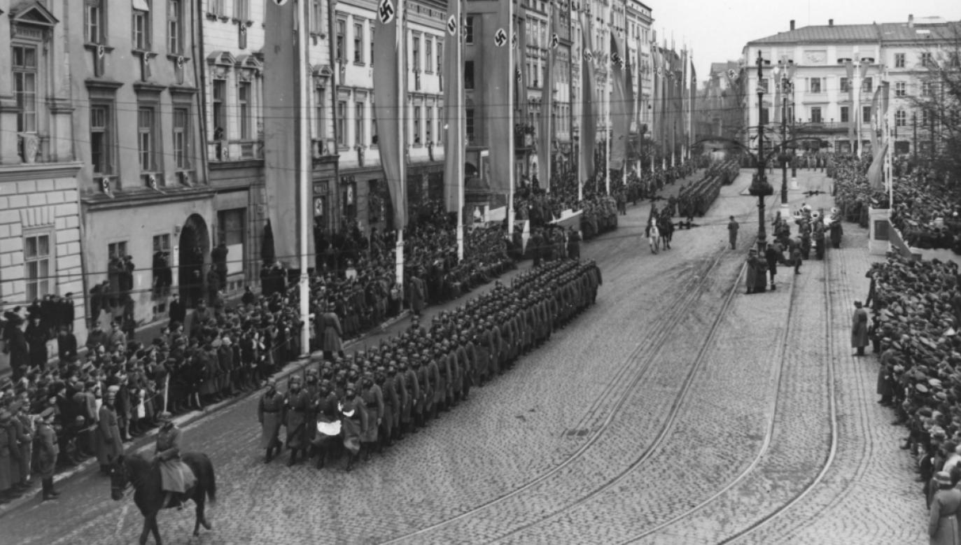 Defilada na pl. Adolfa Hitlera (Rynek Główny) w Krakowie w drugą rocznicę utworzenia Generalnego Gubernatorstwa (fot. NAC/Lehmann Gerhard)