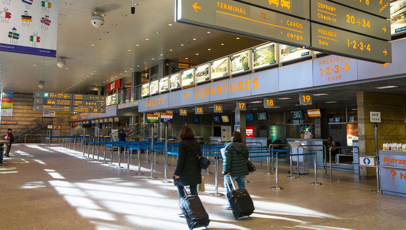 Obowiązkowa kwarantanna dla podróżnych z Wielkiej Brytanii. Jak jej uniknąć? (fot. Shutterstock)