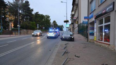 Nietypowy sposób parkowania kierowcy BMW (fot. policja)