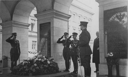 Plan wizyty przewidywał złożenie przez litewskiego generała wieńca na Grobie Nieznanego Żołnierza. Fot. NAC/IKC