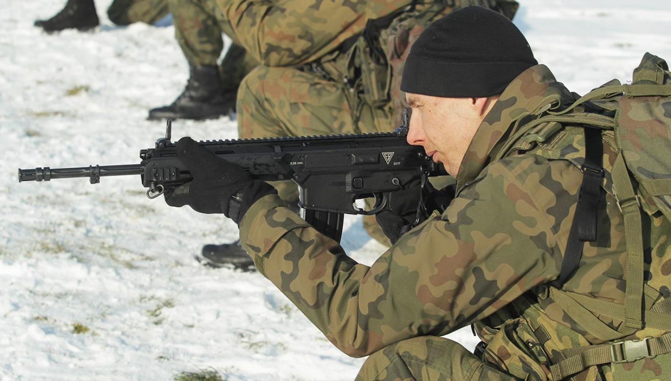 """""""Chcemy, by był to karabinek na światowym poziomie"""" (fot. PAP/Tomasz Waszczuk)"""