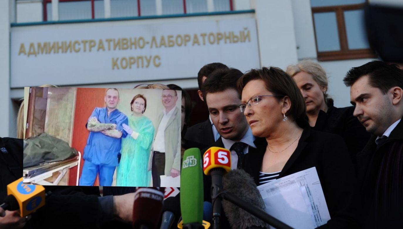 Minister Ewa Kopacz przed Zakładem Medycyny Sądowej w Moskwie w kwietniu 2010r. (fot. arch. PAP/ Jacek Turczyk / Twitter/@tvp_info)
