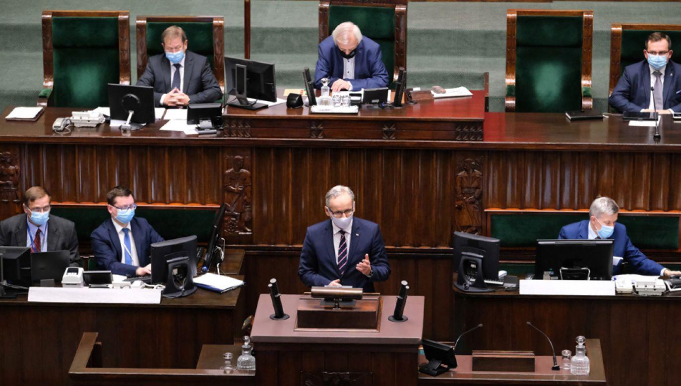 Minister zdrowia Adam Niedzielski (C) na sali obrad Sejmu (fot. PAP/Mateusz Marek)