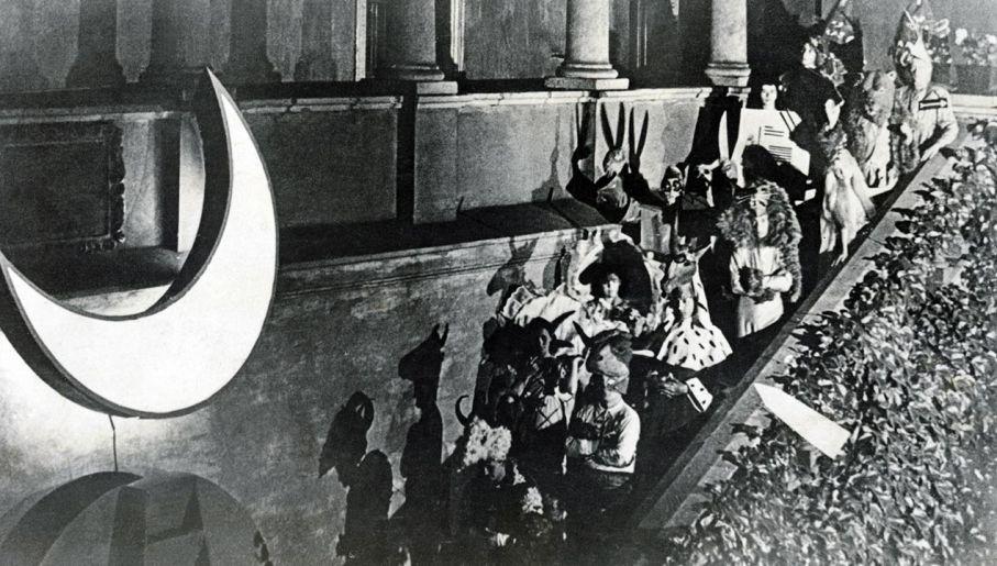 """Przedstawienie """"Kawaler Księżycowy"""" z udziałem Karola Wojtyły wystawiane przez Teatr Studencki w Collegium Maius Uniwersytetu Jagiellońskiego, Kraków 1939. (fot. Laski Diffusion/ East News)"""